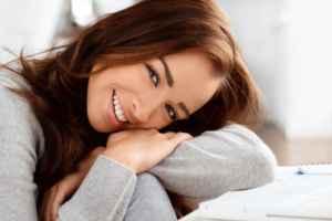 nevető fiatal nő