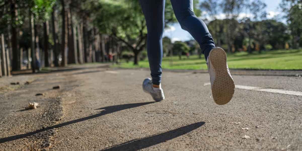 sport - futó női lábak